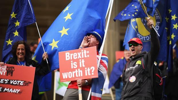 """Liverpool, Großbritannien. Viele Briten verlangen inzwischen, dass das letzte Wort über den Brexit noch nicht gesprochen ist. """"Ist es das wert?"""", fragen diese Demonstranten, die am """"March For The Many"""" aus Anlass des Parteitags der Labour Party in der Stadt am Mersey River teilnehmen. Der """"March For The Many"""" setzt sich dafür ein, dass es ein Referendum zu den Verhandlungsergebnissen der Regierung mit der EU über den Brexit gibt."""