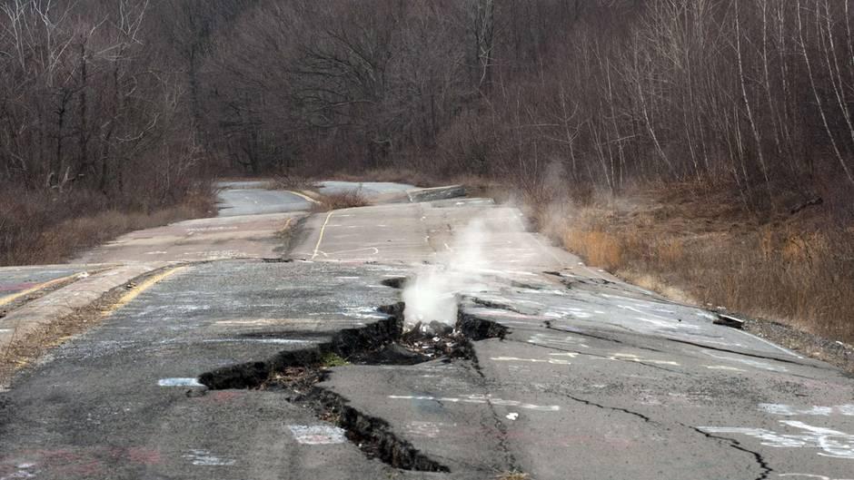 In Centralia brechen durch das unterirdische Feuer Straßen auf, es entstehen giftige Dämpfe