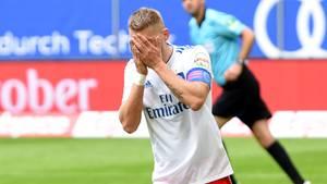 Aaron Hunt vom HSV hält sich die Hände vor das Gesicht, nachdem er einen Strafstoß kläglich vergeben hat