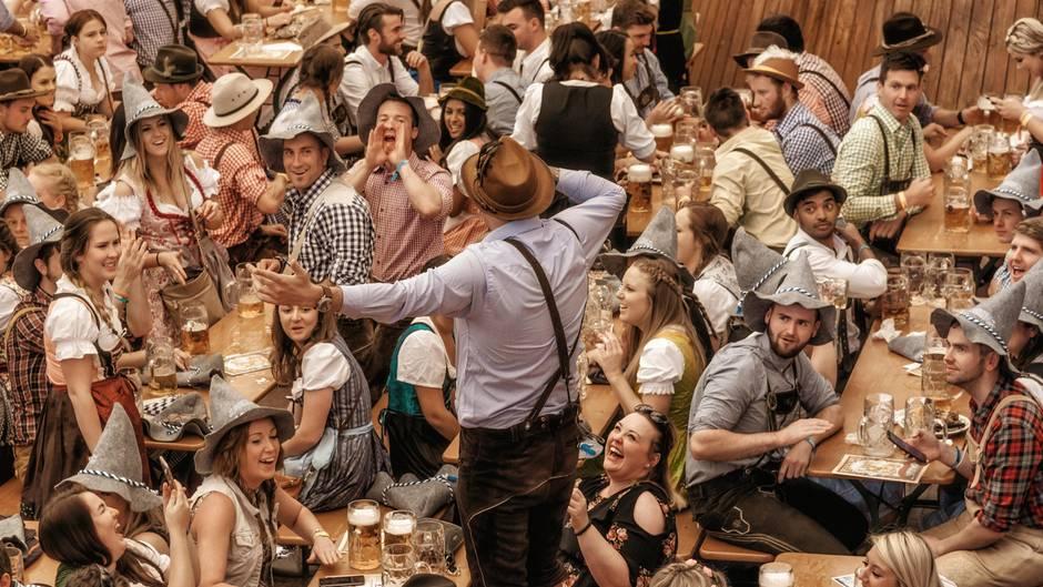 Fröhliche Menschen feiern im Bierzelt