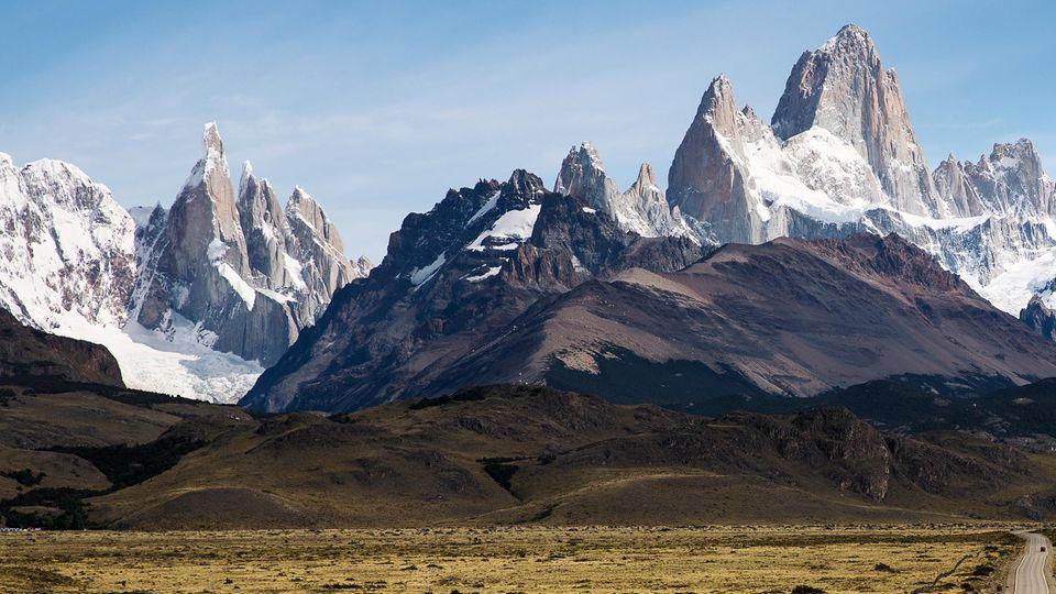 Wer hierhin will, sollte vorher volltanken: Die Berge Cerro Torre (l.) und Fitz Roy (r.) in den südlichen Anden