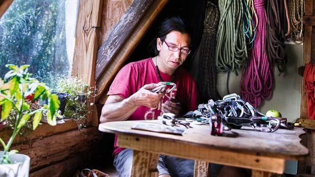 In seinem Holzhaus: Tehuelche ist letterer und Leiter der Jugendgruppe