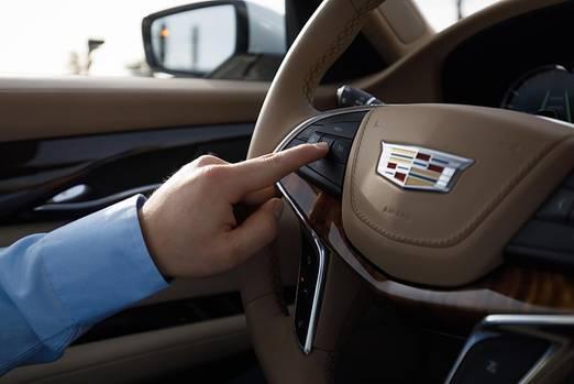Ein Druck auf den Knopf - und im Cadillac CT6 ist Super Cruise aktiviert