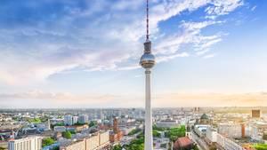Der Berliner Fernsehturm ist das höchste Bauwerk Deutschlands: 368 Meter misst der Turm in der Nähe des Alexanderplatzes, der 1969 zu DDR-Zeiten vollendet wurde und eine Aussichtsplattform und einRestaurant beherbergt. Eintrittspreis: 15,50 Euro.  Infos: https://tv-turm.de