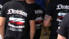 Gruppen mit fragwürdig bedruckten T-Shirts: Bei Rechtsrock-Konzerten tragen die Neonazis ihre Gesinnung offen zur Schau.