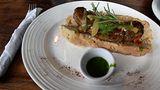 Auch Fleisch und Würstekommen gerne auf den Tisch, wie hier alschoripan casero, eine chorizo, eine Wurst im Brot mit grüner chimichurri-Kräutersoße.