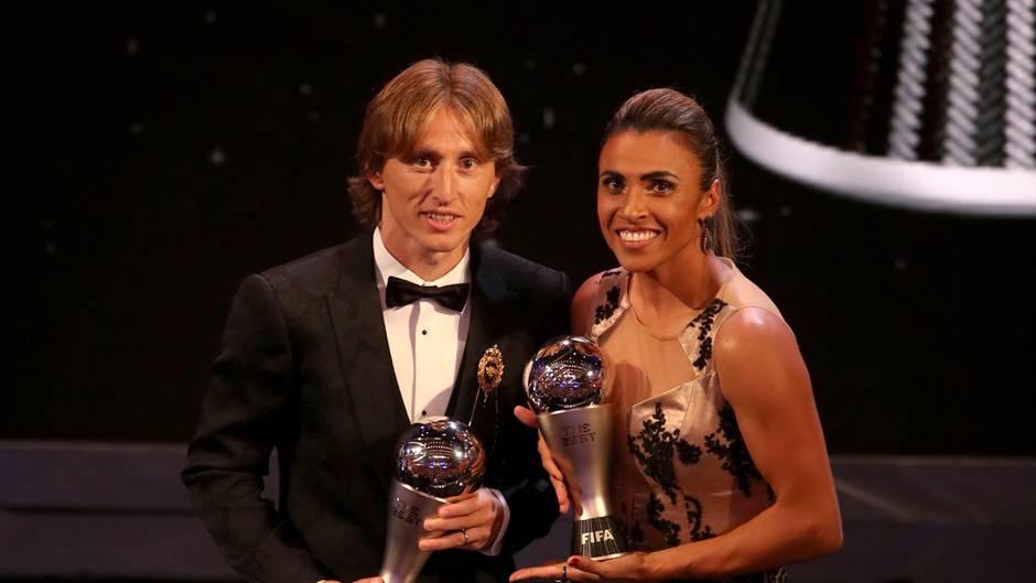 """Luka Modric und Marta halten in London die Trophäen für die """"Weltfußballer des Jahres"""" in den Armen - Marta sogar schon zum sechsten Mal"""