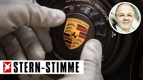 Ein Porsche-Logo wird montiert