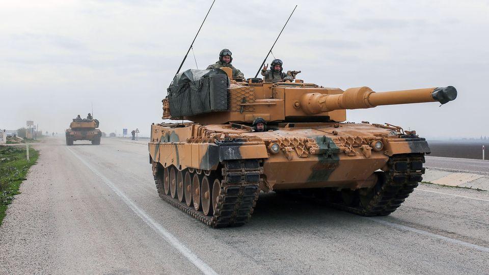 Ein Leopard 2A4fährt auf einer türkischen Straße in der Nähe der syrischen Grenze