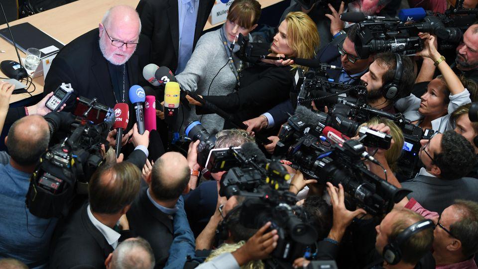 Kardinal Reinhard Marx steht der Presse Rede und Antwort