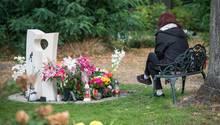 Die Mutter der getöteten Schülerin Keira aus Berlin trauert am Grab ihrer Tochter