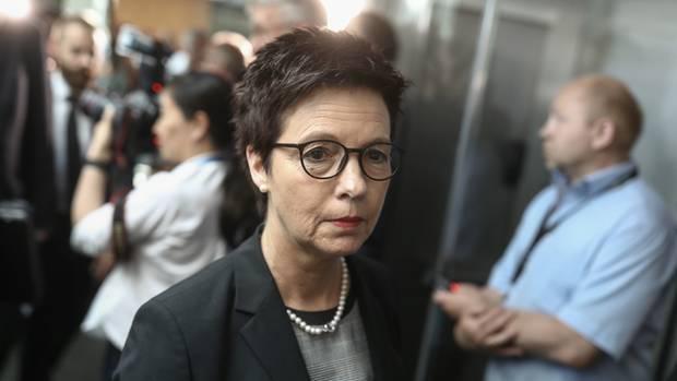 Jutta Cordt, eine Frau mit kurzen, dunkelbraunen Haaren und einer schwarzen Hornbrille, sieht traurig aus