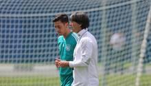 Noch bei der WM 2018 war ein Gespräch zwischen Joachim Löw (r.) und Mesut Özil (l.) kein Problem