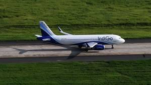 Ein Airbus A320 der indischen Billigfluglinie IndiGo rollt zum Start