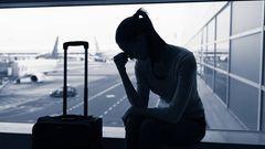 Frau sitzt am Flughafen