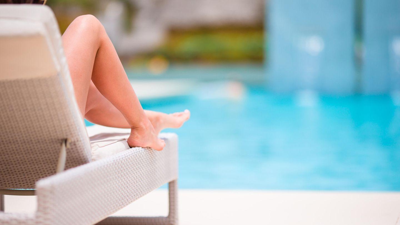 """Eine Frau sonnt sich an einem Pool. Wer den Badeanzug Modell """"Sparkling swimsuit with Gucci logo"""" trägt, sollte das Wasser auch lieber meiden. Das teure Teil darf nicht mit Chlor in Berührung kommen. (Symbolfoto)"""