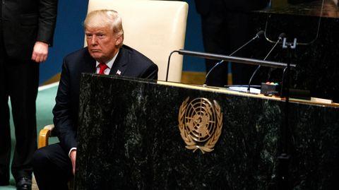 Donald Trump sitzt nach seiner Rede vor denVereinten Nationenneben dem Rednerpult