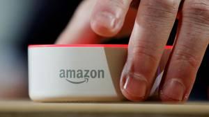 """Amazon: Ein """"Echo Dot"""" auf einem Tisch."""