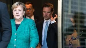 Bundeskanzlerin Angela Merkel verlässt nach der Union-Fraktionssitzung mit ihrem Regierungssprecher Steffen Seibert (r.) den Bundestag