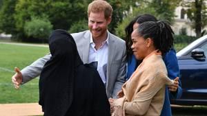 Harry begrüßt eine Muslima
