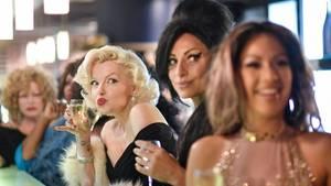 Doppelgängerinnen von Marilyn Monroe, Amy Winehouse und Jennifer Lopez bei einer Show im Hotel Estrel in Berlin