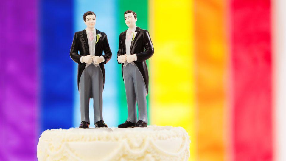 Zwei Männer auf einer Hochzeitstorte