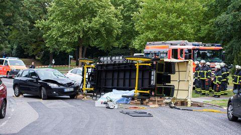 Einsatzkräfte der Hamburger Feuerwehr sichern nach einem Unfall mit einer Pferdekutsche auf dem Friedhof Ohlsdorf den Unfallort