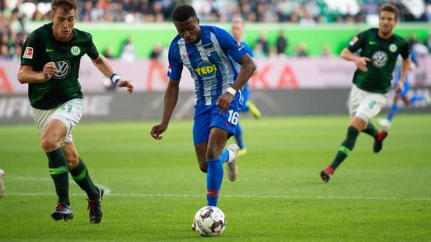 Berlins Javairo Dilrosun (am Ball) schießt das 0:1
