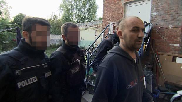 Umzug unter Protest: Norman Ritter mit Polizeibeamten hinter dem Haus derKöthener Augustenstraße.