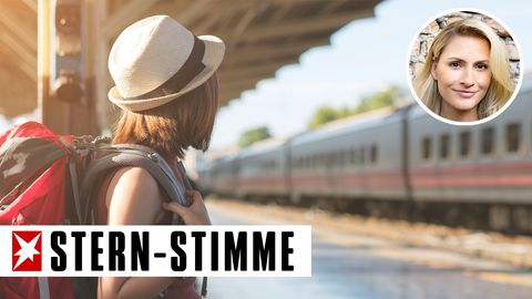 Ein Mädchen wartet auf den Zug