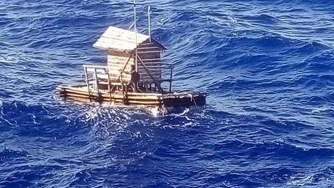 Indonesien: Schiffbrüchiger Adilang auf seinem Holzfloß