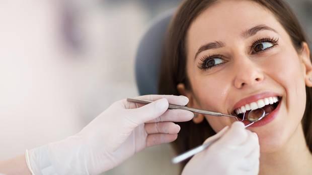 Eine Frau beim Zahnarzt