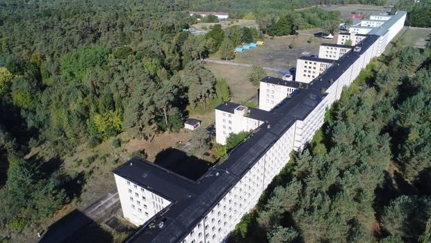 Luftaufnahmeeiner Drohne auf den Gebäudekomplexdes ehemaligen KdF-Seebads Prora in der Gemeinde Binz auf der Insel Rügen