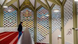 Oben die Frauen, unten die Männer: Die gebetsbereiche in der neuen Moschee