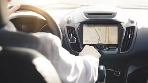 Die Luxus-Variante: Fest verbaute Navigationssysteme  In besser ausgestatteten Neuwagen jenseits der Mittelklasse ist das Navi oft schon eingebaut. Die Vorteile liegen auf der Hand: Es gibt keine nervigen Kabel, das Navi ist fest verbaut und arbeitet perfekt mit dem Rest des Entertainment-Systems zusammen, indem die Routenanweisungen auch Musik oder über das Auto getätigte Anrufe übertönen.
