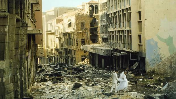 Ein Hochzeitspaar streift durch die Ruinen von Beirut