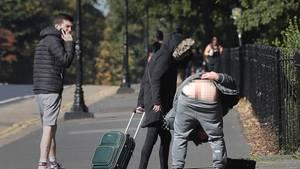 Der 23-Jährige (gebückt) hatte nach seiner Entlassung auch noch eine Botschaft für draußen wartende Pressefotografen