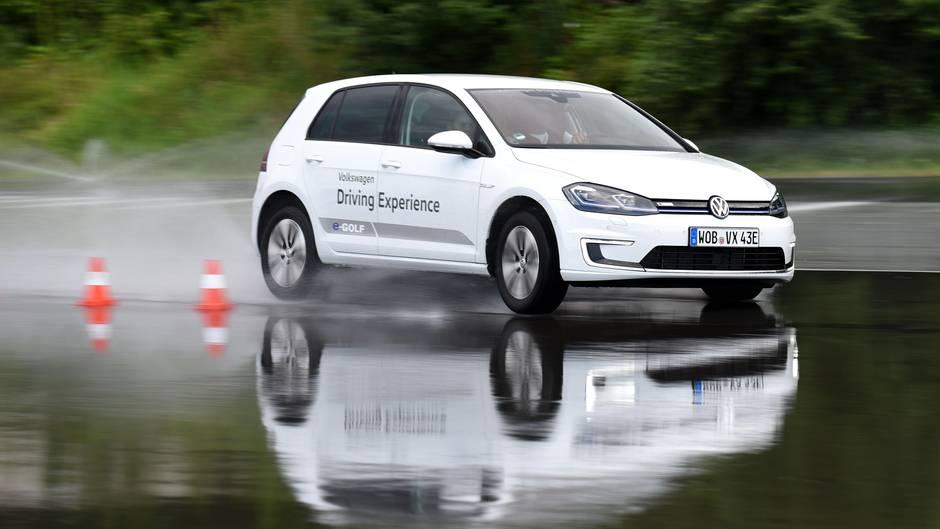 Klassische Übung: Wie reagiert der Wagen auf einem Wasserfilm.