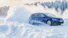 Auf Schnee nimmt die Haftung ab, der Fahrer spürt die Dynamik des Fahrzeugs viel stärker.