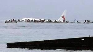 Mikronesien: Passagierflugzeug der Fluggesellschaft Air Niugini im Pazifik