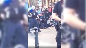 Polizeibeamte in Berlin bei der Festnahme