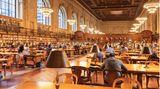 New York Public Library  Säulen schmücken den Eingang zur öffentlichen Bibliothek an der Fifth Avenue, nach der Kongressbibliothek in Washington die größte in den Staaten. Der Eintritt zum großen Lesesaal ist kostenlos, ideal zum Abschalten und Lesen - auch der eigenen E-Mails mit dem Handy und gebührenfreiem Wlan-Zugang.  Infos: www.nypl.org