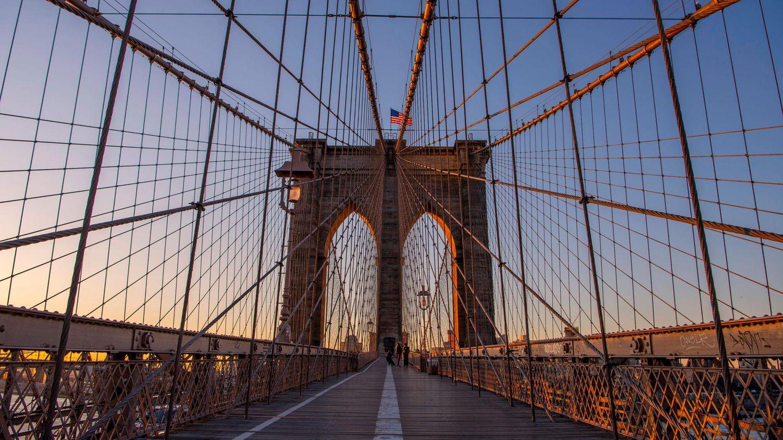 Brooklyn Bridge  Zu den schönsten Spaziergängen in New York City gehört der über die bereits 1883 errichtete Brooklyn Bridge. Am besten startet man den rund einen Kilometer langen Brückenwegüber dem East River an der Subway-Station High Street auf der Brooklyn-Seite und läuft in Richtung Manhattan. So hat man die Skyline stehts vor Augen.