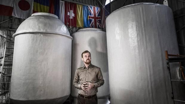 Danila Medwedew, einer der Gründer von KrioRus, vor den Behältern mit dem Trockeneis.