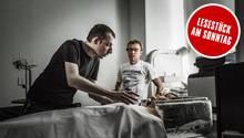 An einem Modell erklären die Transhumanisten Alexej Samykin und Igor Trapesnikow im Büro von KrioRus