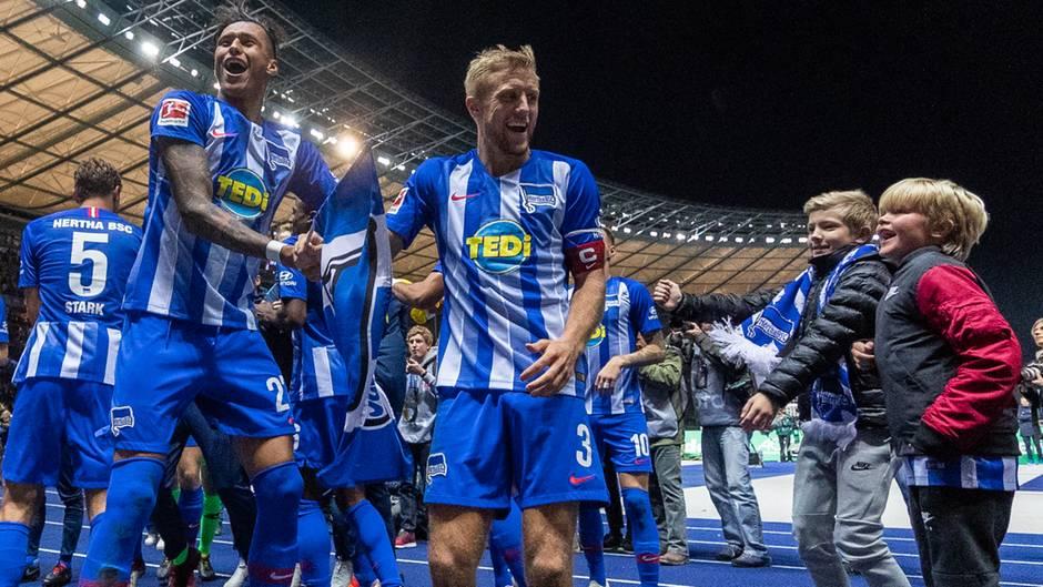 Spieler von Hertha BSC feiern ihren 2:0-Sieg gegen den FC Bayern