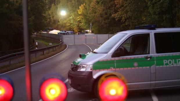 Die Polizei ließ die Staatsstraße zwischen Naila und Bad Streben aufgraben
