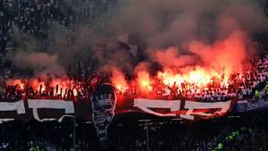 Fans des FC St. Pauli während des Hamburger Stadtderbys gegen den HSV