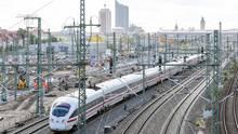 Ein ICE passiert eine Baustelle am Leipzig Hauptbahnhof