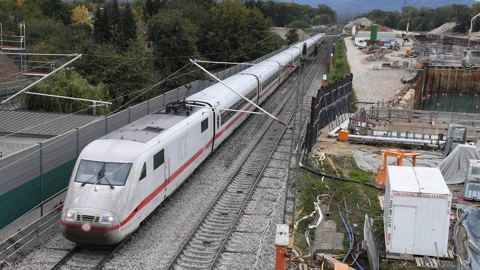 EinICE der Deutschen Bahn passiert eine Baustelle. Ab 2019 wird es auf Nord-Süd-Strecken zu monatelangen Vollsperrungenkommen.
